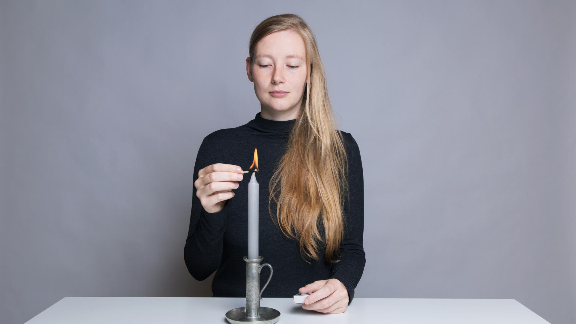 Anleitung - Eine Kerze anzünden / How to light a candle