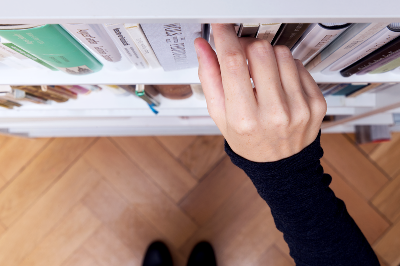 Ein Buch aus dem Regal nehmen / How to take a book off the shelf
